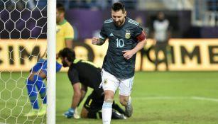 Lionel Messi celebra su gol ante Brasil
