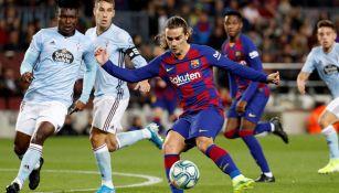 Griezmann durante un duelo con el Barcelona