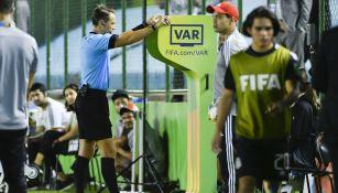 Andris Treimanis revisa una jugada en el VAR
