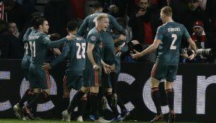 Jugadores del Ajax celebran el gol de Hakim Ziyech