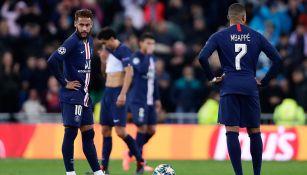 Neymar y Mbappé, a punto de realizar un saque
