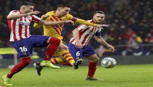 Herrera y Messi peleando por un balón