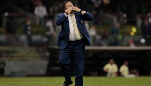 Miguel Herrera le envía besos a la afición azulcrema
