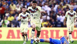 Bruno Valdez gana el balón en juego ante Tigres