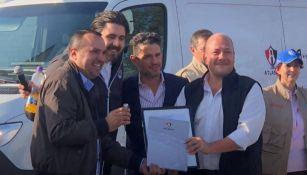 Irarragorri y Amaury Vergara en la entrega de la ambulancia