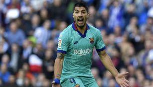 Suárez reclama en el partido ante Real Sociedad