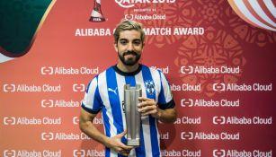 Rodolfo Pizarro con el trofeo de Mejor Jugador del Partido