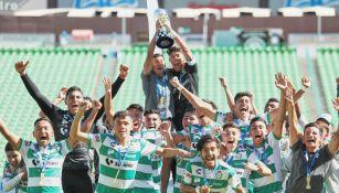 Los jugadores Sub 20 de Santos alzaron el título
