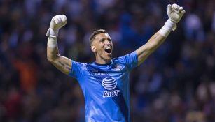 Nicolás Vikonis celebra un gol del Puebla