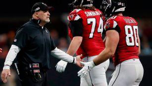 Jugadores de Atlanta saludan a su coach, Dan Quinn