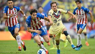 Jugadores de América y Chivas disputan el balón en el último Clásico Nacional