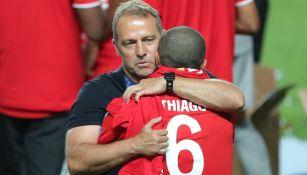Hansi Flick abraza a Thiago tras conquistar la Champions League