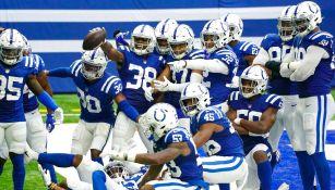 Jugadores de los Colts festejan una anotación