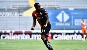 Renato Ibarra durante un partido con Atlas