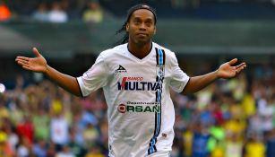 Ronaldinho en un partido con los Gallos Blancos