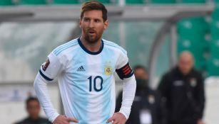 Lionel Messi durante un duelo con Argentina