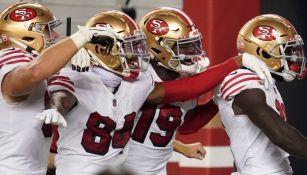 Jugadores de 49ers celebran un TD