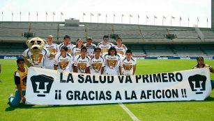 Jugadores de Pumas muestran una manta antes del partido vs Chivas