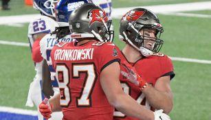 Gronk y Brate celebran un touchdown