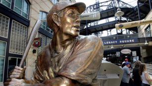 Estatua de un pelotero afroamericano en el estadio de los Pirates
