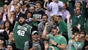 Afición de Boston festeja una jugada