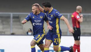 Hellas Verona festeja una anotación ante el Napoli
