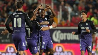 Jugadores del Querétaro festejan el gol de Yerson Candelo contra Necaxa