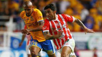 Luis Rodríguez y Edson Puch pelean un balón