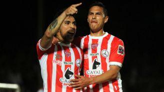 Puch y Baez festejan el gol