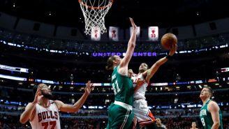 Michelle Carter-Williams intenta encestar el balón en el sexto juego de la serie entre Bulls y Celtics