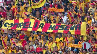 Afición de Monarcas extiende manta con mensaje para el club