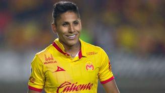 Raúl Ruidíaz sonríe durante un partido con Monarcas