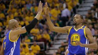 David West y Kevin Durant celebran el triunfo de los Warriors