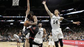Harden intenta anotar un doble entre la defensiva de los Spurs