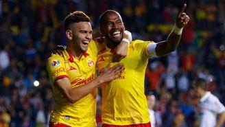 Gabriel Achilier festeja un gol de Monarcas contra Toluca