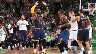 LeBron festeja con sus compañeros la victoria frente a Celtics