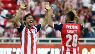 Oswaldo Alanís y Juan Basulto celebran un gol