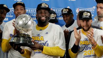 Jugadores de Golden State posan con el trofeo