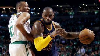 LeBron James dribla durante el partido frente a Celtics