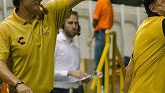 Gabriel Caballero dando indicaciones a sus jugadores