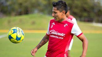 Raúl Ruidíaz domina un balón en un entrenamiento de Monarcas