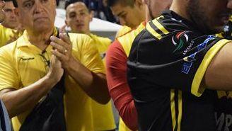 Ezequiel Orozco recibe el cariño de sus compañeros