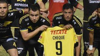 Los jugadores de Murciélagos muestran un jersey en apoyo a Cheque