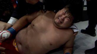 El peleador llora después de recibir la patada