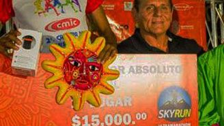 Israel Morales, sosteniendo su premio de primer lugar tras conquistar Sky Run Taxco 2017