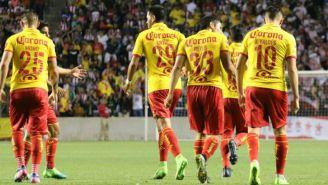 Los jugadores de Morelia festejan el gol con el que empataron a Chivas