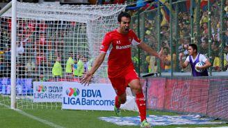 Pablo Velázquez festeja un gol con Toluca