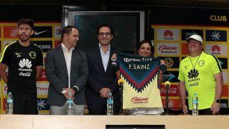 María Fernanda Sainz, directora de Caliente.mx, recibe su jersey del América