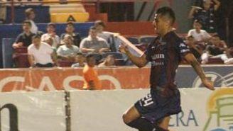 Echeverría corre para marcar su segundo gol y lesionarse