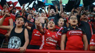 Aficionados de Tijuana apoyando a su equipo en el juego frente a Cruz Azul